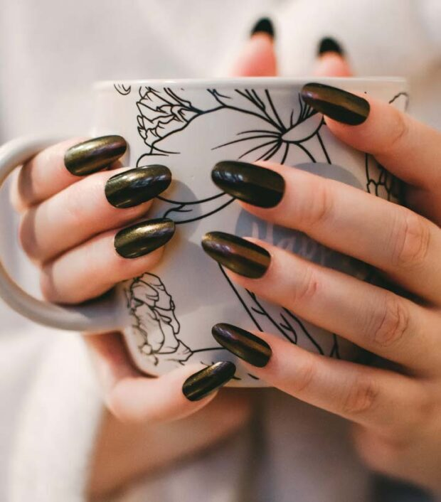 How to Get Shiny Nails at Home [4 DIY Methods]